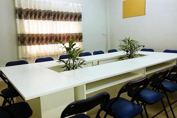 Phòng họp từ 10 đến 20 ghế, có thể xem là phòng lớp học hay phòng dành cho đào tạo