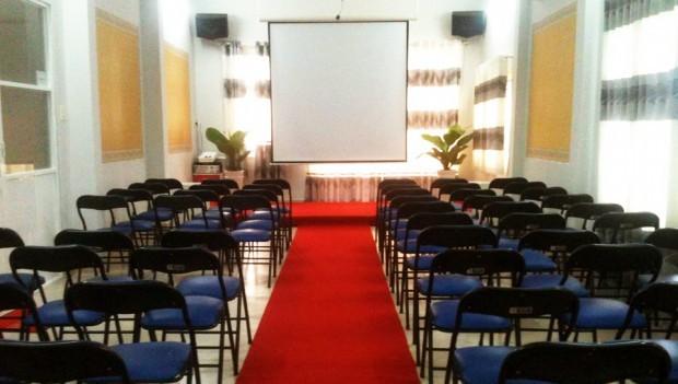 Phòng họp từ 30 đến 60 ghế, có thể xem là hội trường