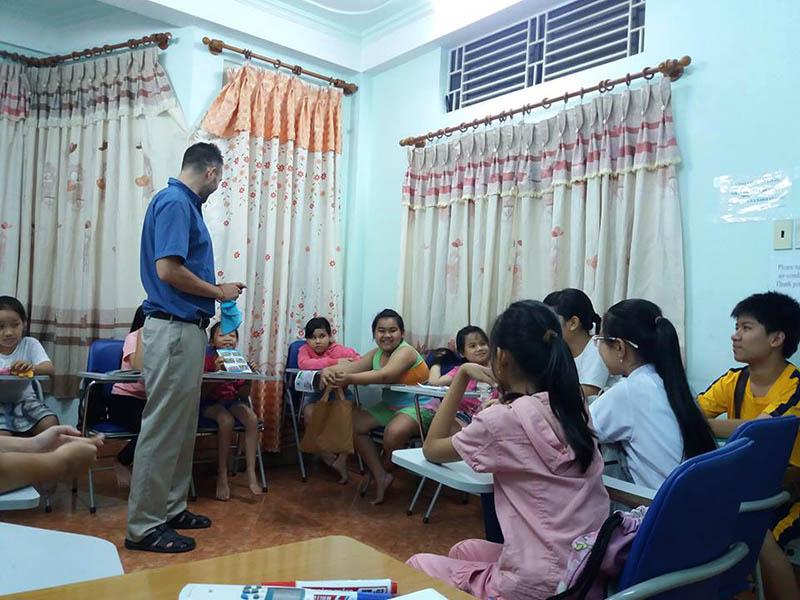 Giáo viên giàu kinh nghiệm, thân thiện, nhiệt tình - Anh ngữ Âu Việt Mỹ