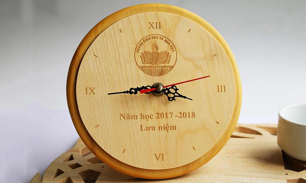 Đồng hồ khắc gỗ hình tròn