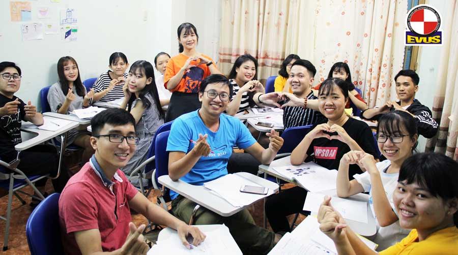 Không khí vui vẻ tại Lớp Luyện thi IELTS ở Trung tâm Âu Việt Mỹ
