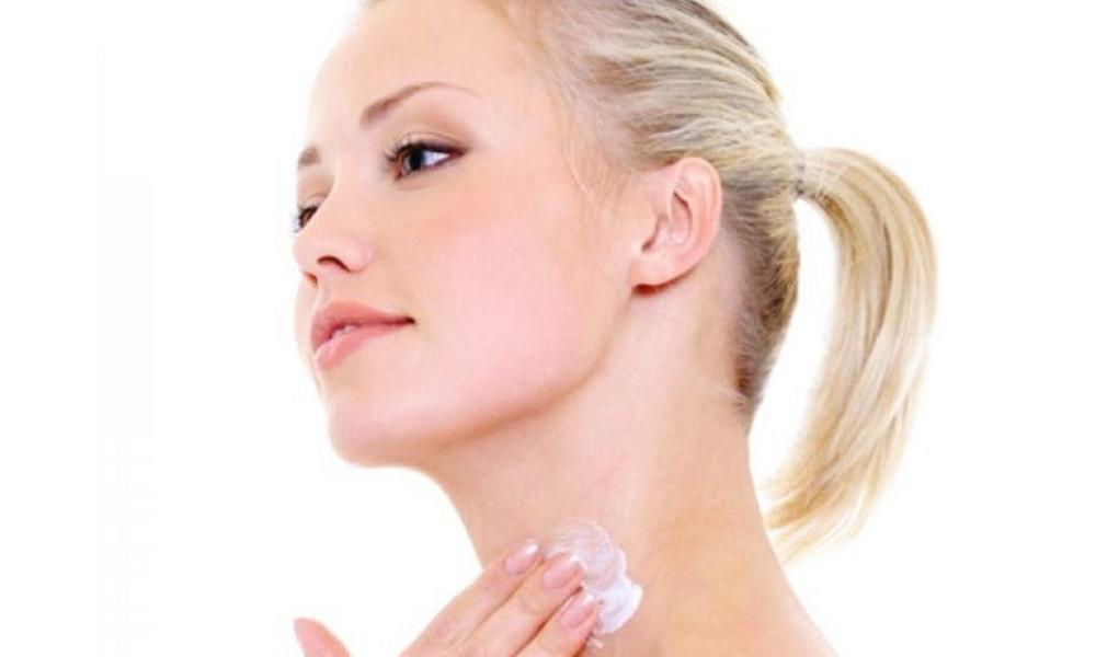 Nên thoa kem dưỡng ẩm cho cả da vùng cổ - Những lưu ý khi skincare