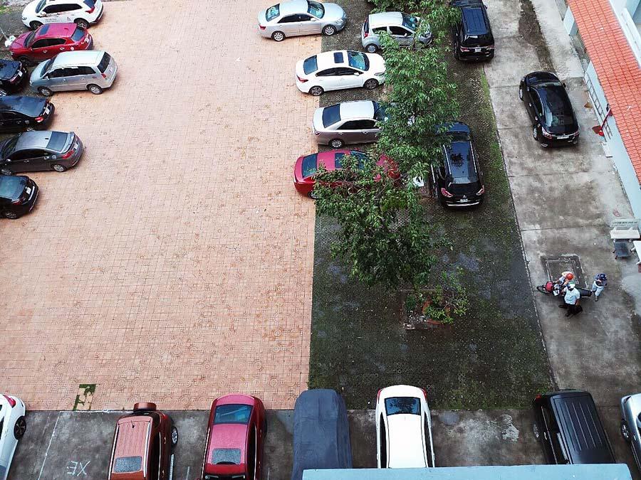 Bãi giữ xe hơi rộng rãi của chung cư