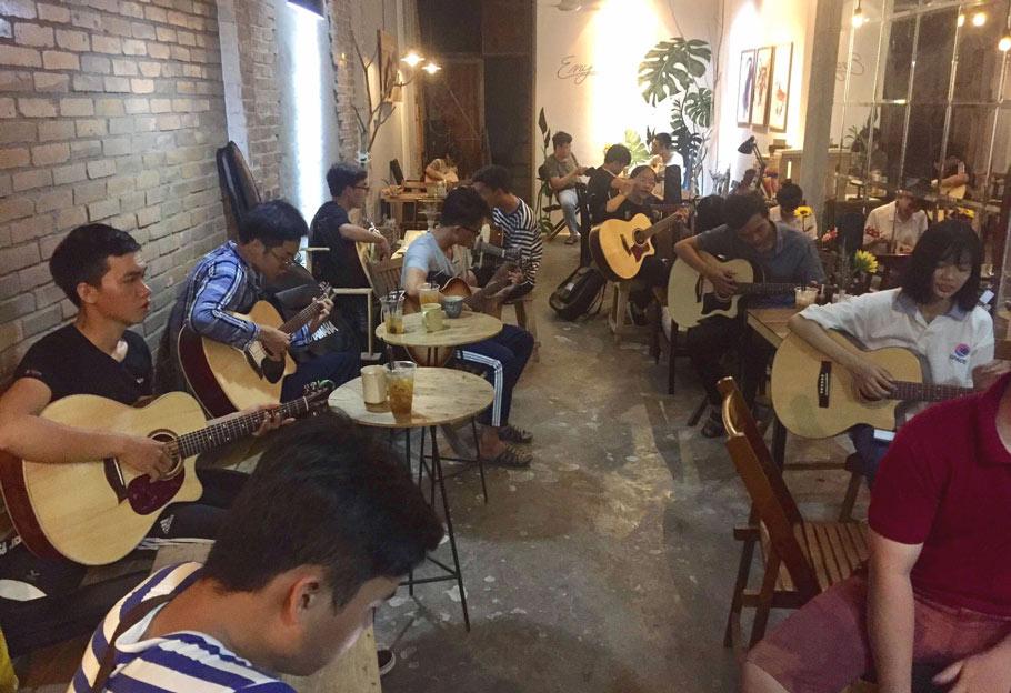 Hình ảnh một buổi học guitar tại Guitar Trần (nguồn: Guitar Trần Cần Thơ)